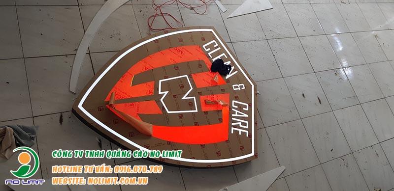 mẫu logo chữ nổi mica inox